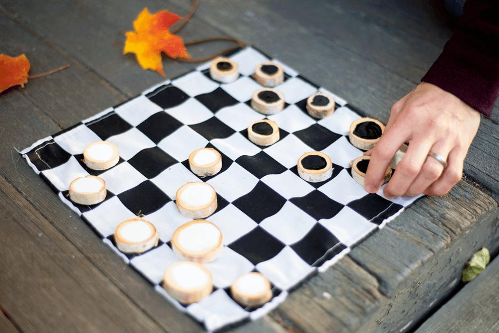 Como-fabricar-un-juego-de-damas-mesa-damas-papel-mano