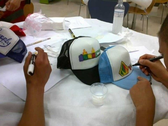 gorras-personalizadas-como-decoramos-una-gorra-rotulador-textil