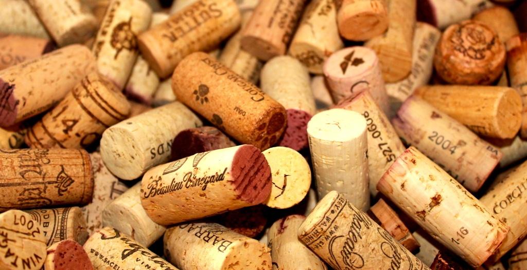 Pizarra-de-corcho-Pasos-para-hacer-una-pizarra-de-corcho-con-corchos-de-vino-muchos-corchos-vino