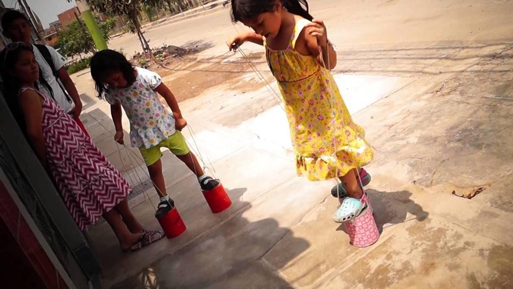 zancos-para-niños-niñas-jugando