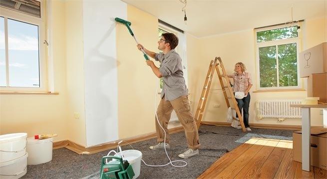 como-pintar-una-habitacion-pareja-trabajando