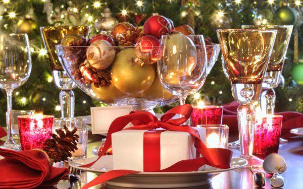 Bolas de Navidad doradas y rojas