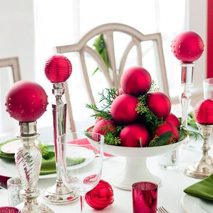 Centro de mesa con bolas rojas