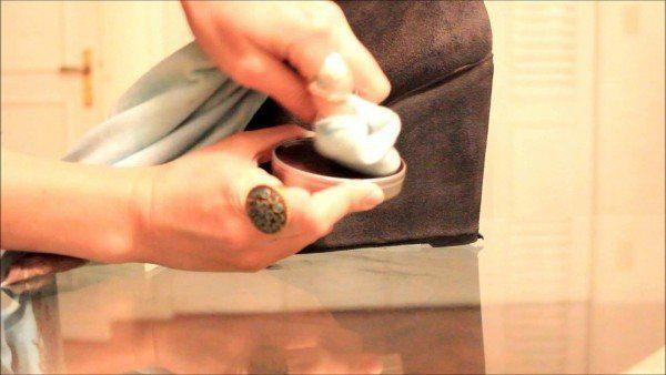 como-limpiar-los-zapatos-de-gamuza-limpiando