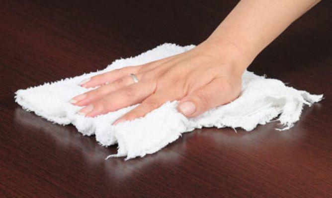 Cómo-quitar-manchas-de-aceite-en-muebles-de-madera