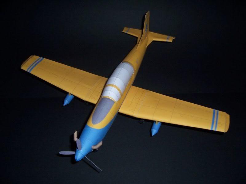 Maqueta-de-papel-del-avión-Pilatus PC-7-amarillo-azul