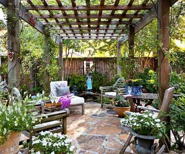 Cómo-decorar-patios-exteriores-pérgola-plantas-flores