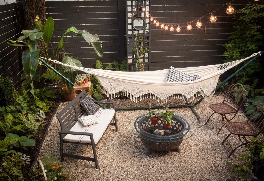 Cómo-decorar-un-patio-pequeño-hamaca-luces