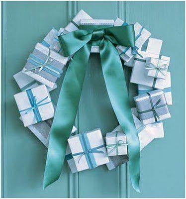 puerta navideña corona con regalos