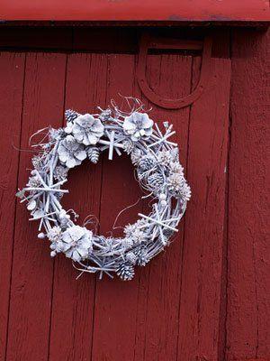 decoración blanca puerta navideña