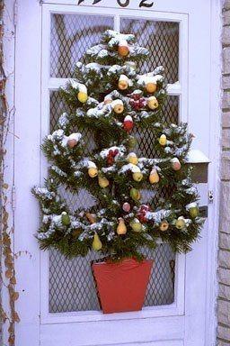 arbol navideño en puerta