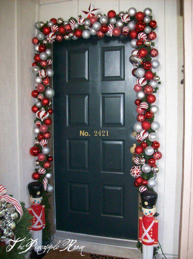 decoración puerta navideña con bolas