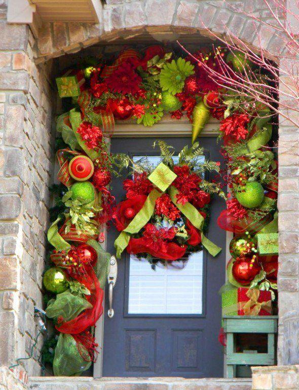 decoración recargada puerta navideña