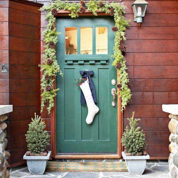 puerta navideña con plantas