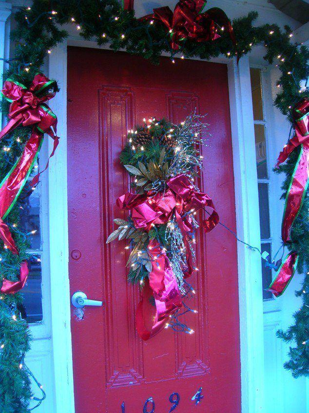 decoración plantas puerta navideña
