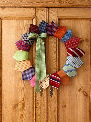 Corona puerta navideña con corbatas recicladas