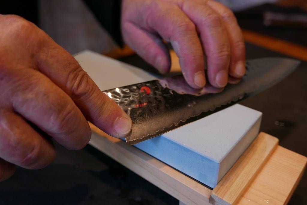 afilar-un-cuchillo-con-una-piedra