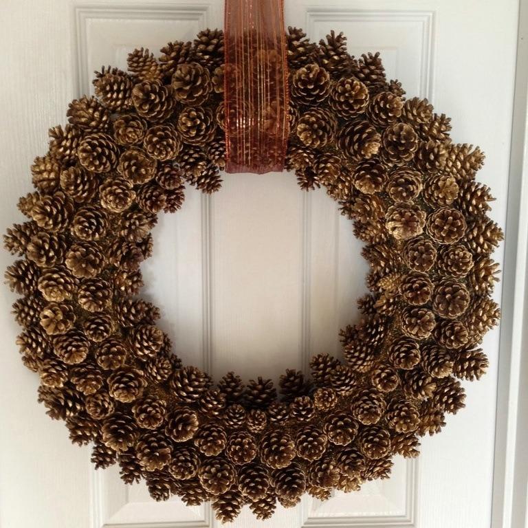 Adornos-con-piñas-secas-Corona-para-Navidad