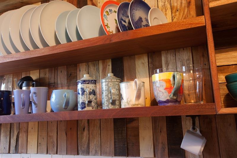 Muebles de cocina hechos a mano estante platos vasos for Muebles de cocina 2 mano