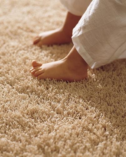 como-mantener-la-casa-caliente-en-invierno-coloca-una-alfombra-en-el-suelo