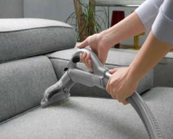 Aspirar sofá con cepillo