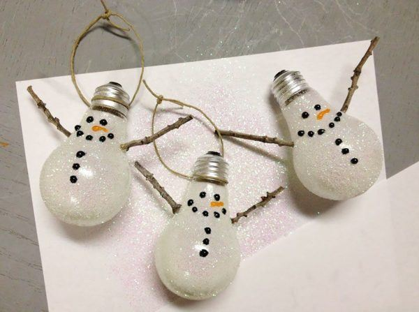 adornos-de-navidad-reciclados-con-bombillas