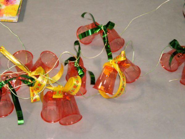 adornos-de-navidad-reciclados-con-vasos-de-plastico