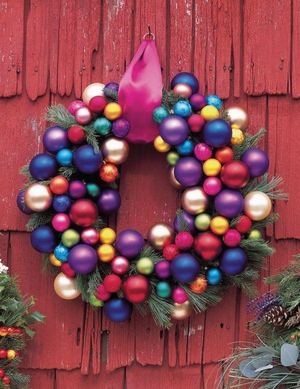 coronas-de-navidad-para-la-puerta-con-bolas-de-navidad