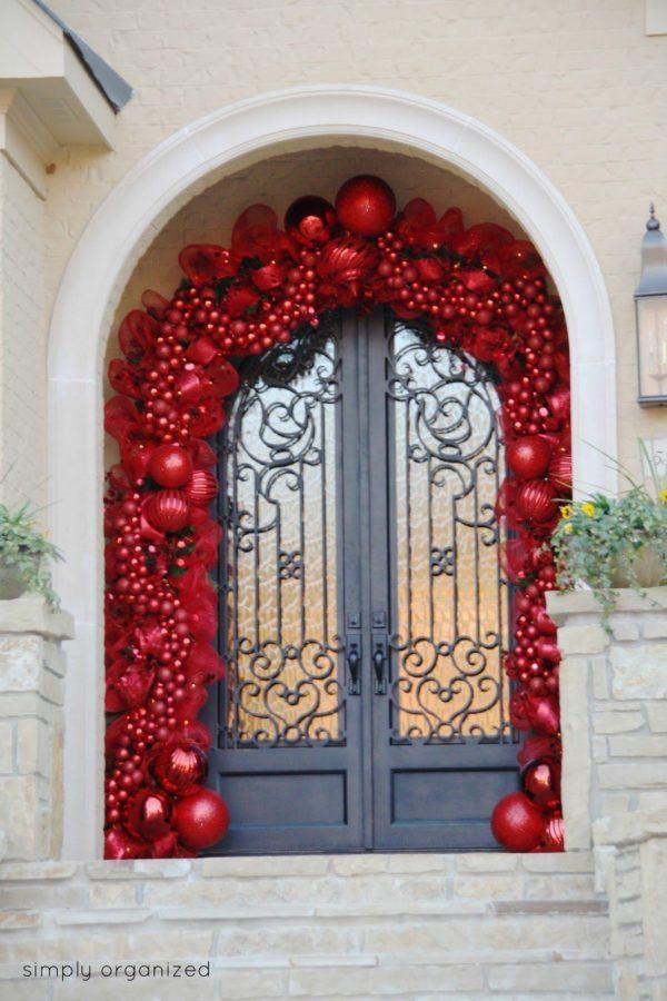 puertas-navidenas-como-decorar-con-bolas-de-navidad