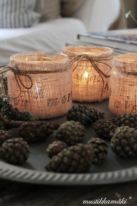 Vasitos forrados con tela y velas para decorar mesa