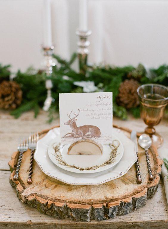 Decoración de mesa con platos y cubiertos navidad