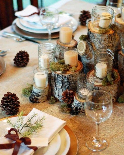 Velas y piñas decorando mesa