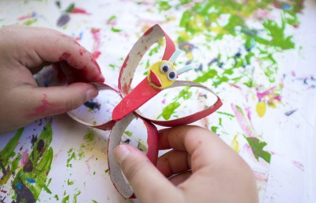 manualidades-dia-la-madre-materiales-reciclados--mariposa-carton-istock