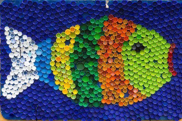manualidades-dia-la-madre-materiales-reciclados--pez-tapones-istock