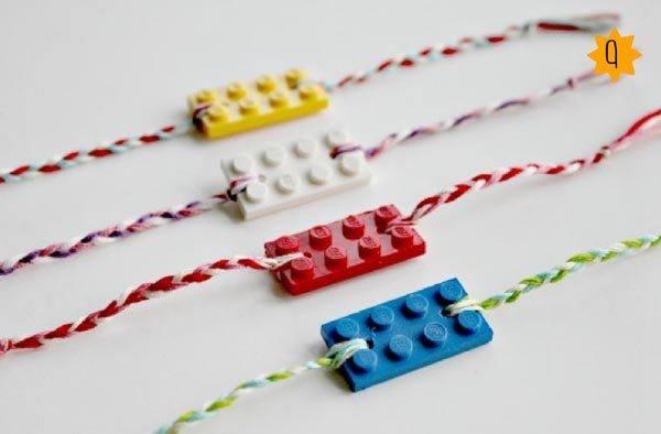 collares-con-material-reciclado-piezas-de-juegos