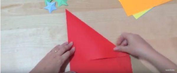 cortamos el papel sobrante y doblamos el cuadrado por la mitad una vez que hemos doblado el cuadrado a la mitad realizamos la misma operacin que en la