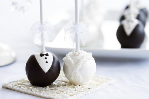 por este tipo de regalo hay muchas formas diferentes de decorarlos puedes recurrir al novio y la novia algo que siempre gusta y es muy original