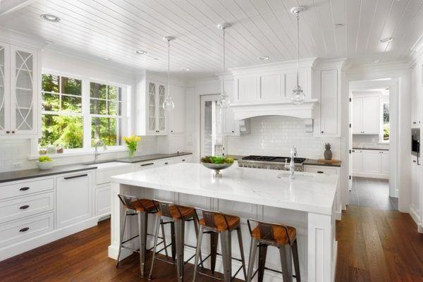 en las cocinas de madera suele quedar muy bien poner una encimera en mrmol o silestone as se rompe de nuevo la monotona y se aportan lneas verticales - Cocinas Clasicas Blancas
