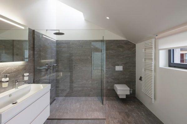 Ideas para decorar ba os modernos y peque os en pisos for Banos modernos oscuros