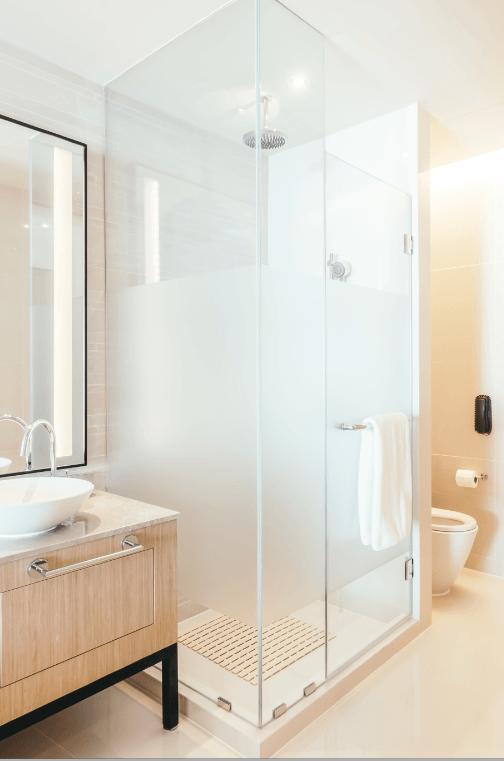 Ideas para decorar ba os modernos y peque os en pisos - Mamparas para banos pequenos ...