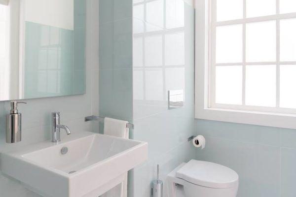 Ideas para decorar ba os modernos y peque os en pisos for Banos blancos modernos