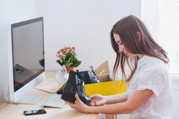 como-hacer-un-zapatero-paso-a-paso-chica-sentada-frente-a-ordenador-observa-botas