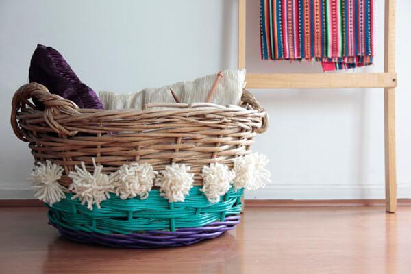 decorar cestas de mimbre con pompones - Como Decorar Cestas De Mimbre