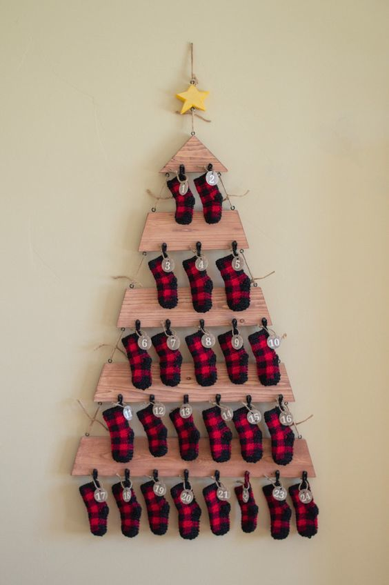 Cómo hacer un árbol de navidad con material reciclado tablones y calcetines