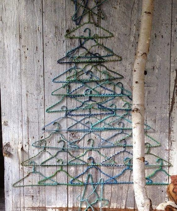 Cómo hacer un árbol de navidad con material reciclado perchas