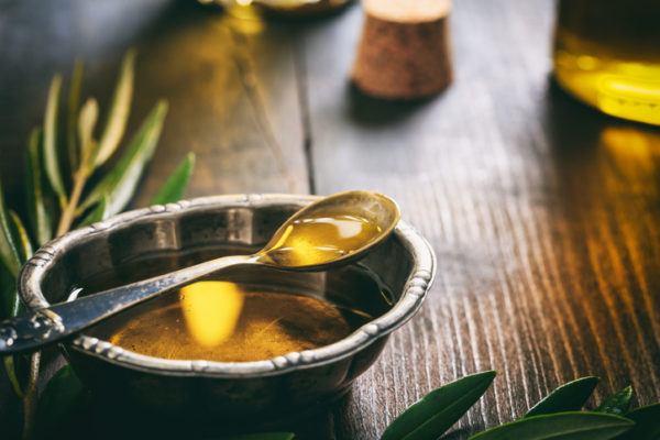 Como quitar el pegamento de la piel aceite