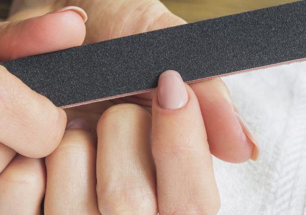 Como quitar el pegamento de la piel lima