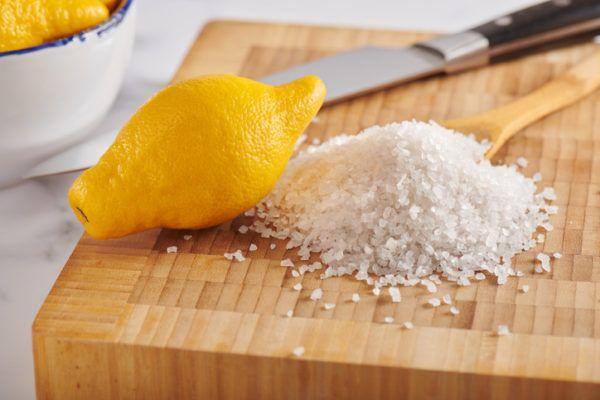 Como quitar el pegamento de la piel limon