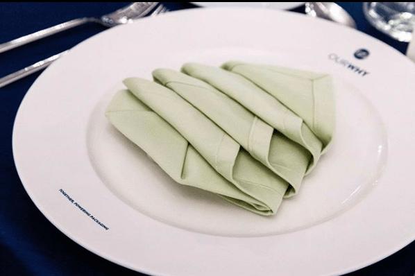Formas Originales de doblar servilletas para decorar una mesa árbol de Navidad