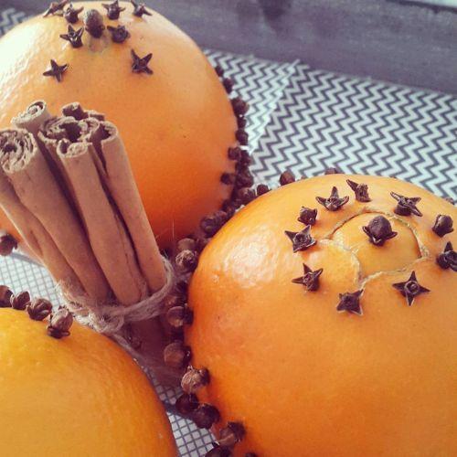 Naranjas decorando mesa de Navidad